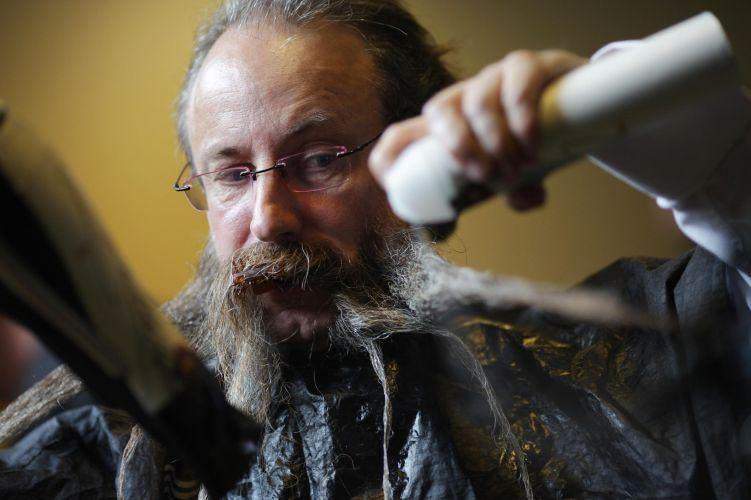 Participante arruma a barba antes de passar pela inspeção dos juízes no Campeonato Mundial de Barba e Bigode que acontece na Alemanha