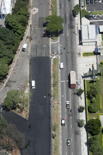 Avenida parcialmente recapeada