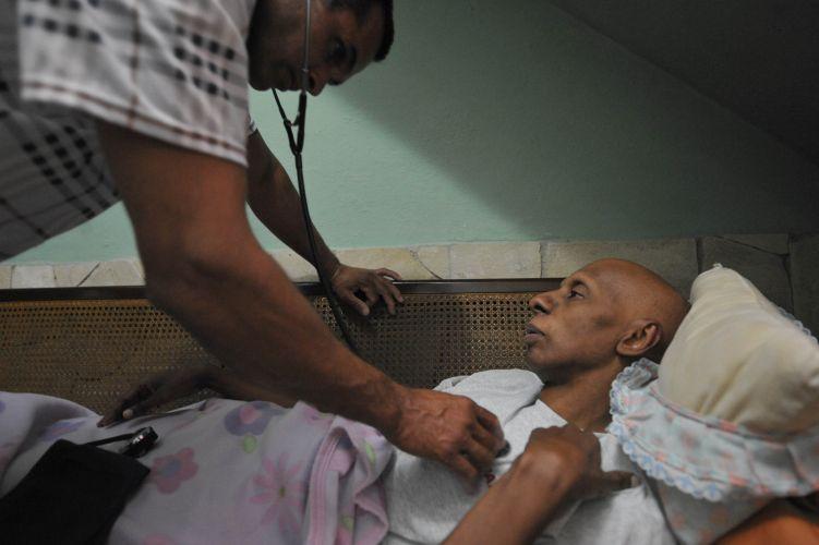 Médico examina ativista cubano