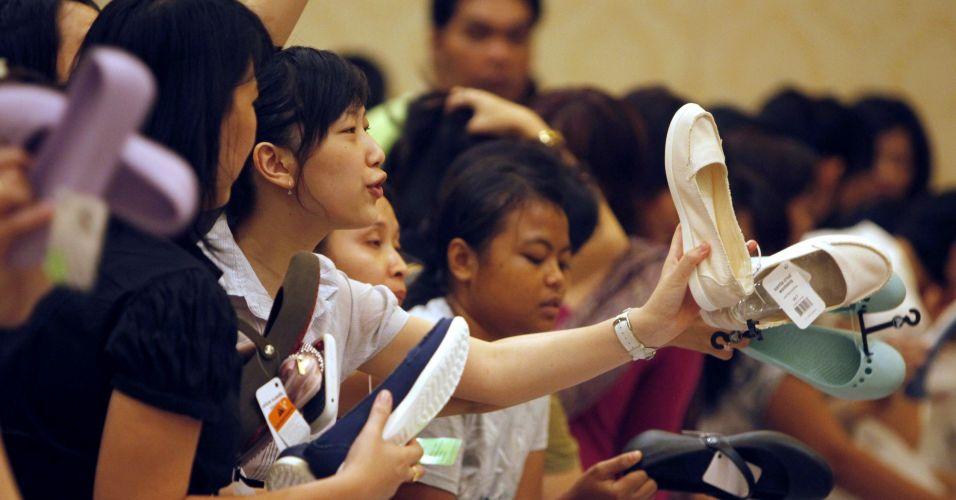 Venda de calçados na Indonésia