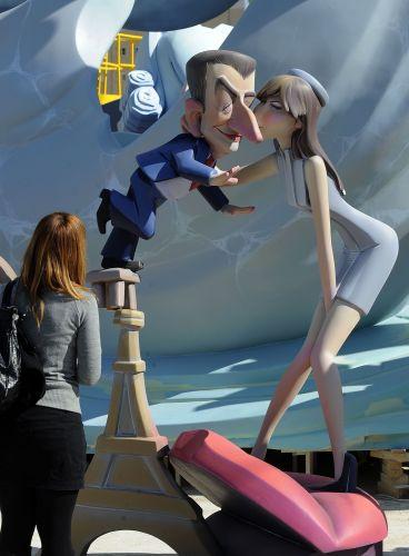 Escultura de Sarkozy e Bruni