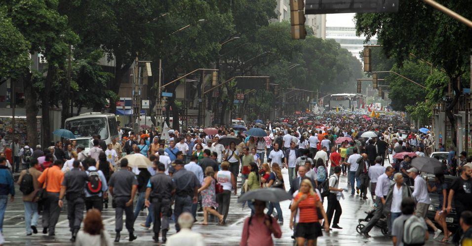 Avenida Rio Branco, no centro financeiro do Rio de Janeiro, sem carros e tomada pelos manifestantes que protestam contra a Emenda Ibsen, que visa a modificação da distribuição de royalties do pré-sal e desfavorece Estados produtores