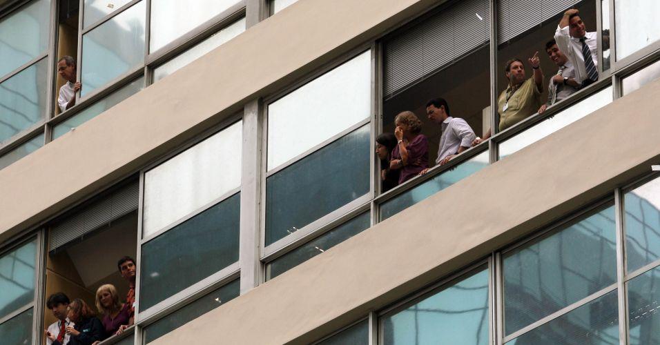Pessoas observam a manifestação pelas janelas. Mais de 4.700 policiais foram deslocados para garantir a segurança dos participantes pelo governador do Rio de Janeiro, Sérgio Cabral, para protestar contra a emenda aprovada na Câmara dos Deputados