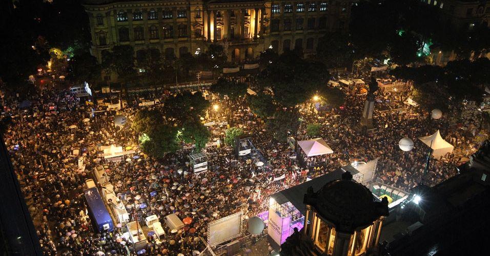 Manifestantes lotam a Cinelândia, centro do Rio, para protestar contra a emenda Ibsen, que modifica a distribuição de royalties do pré-sal e desfavorece Estados e municípios produtores