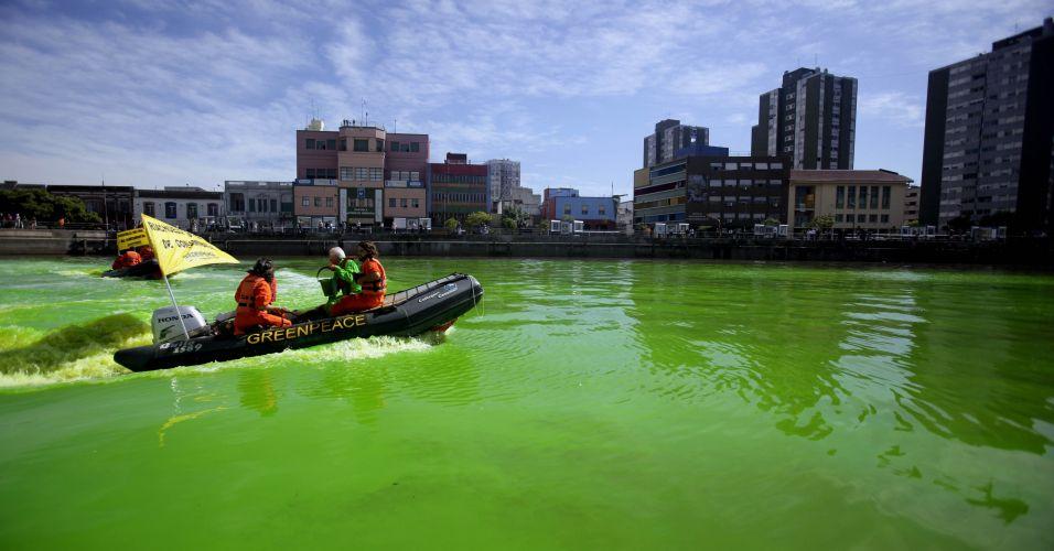 Rio fica verde na Argentina