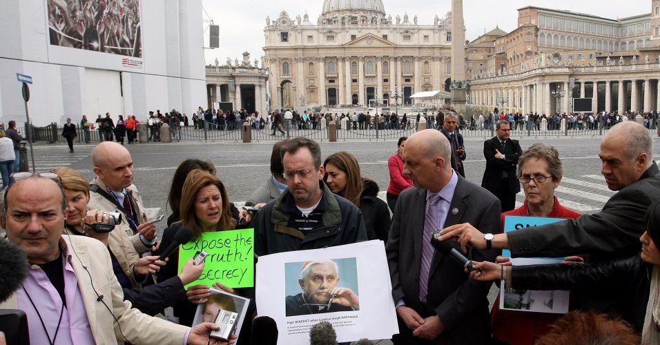 Vítimas de abuso sexual protestam no Vaticano