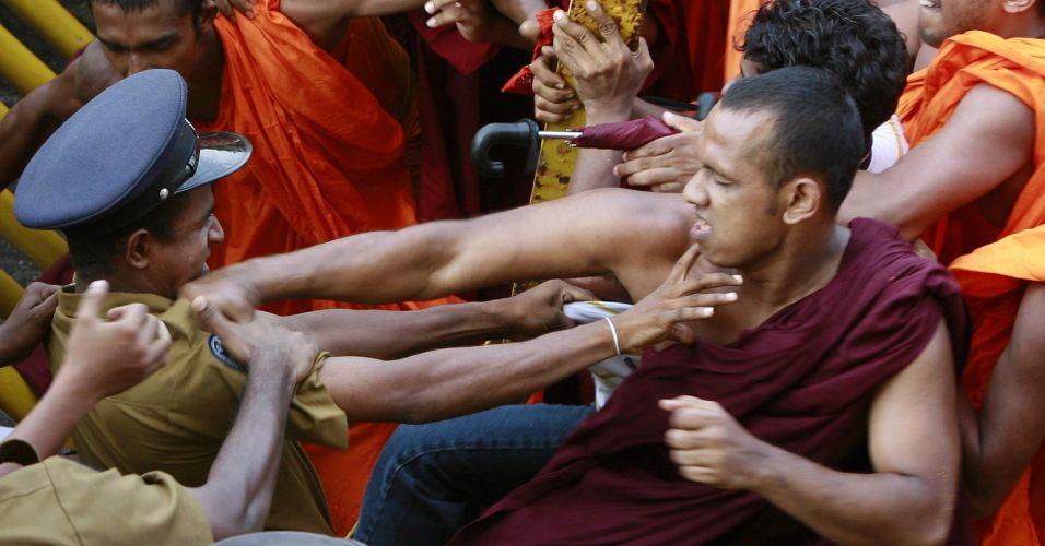 Monges bigam com a polícia