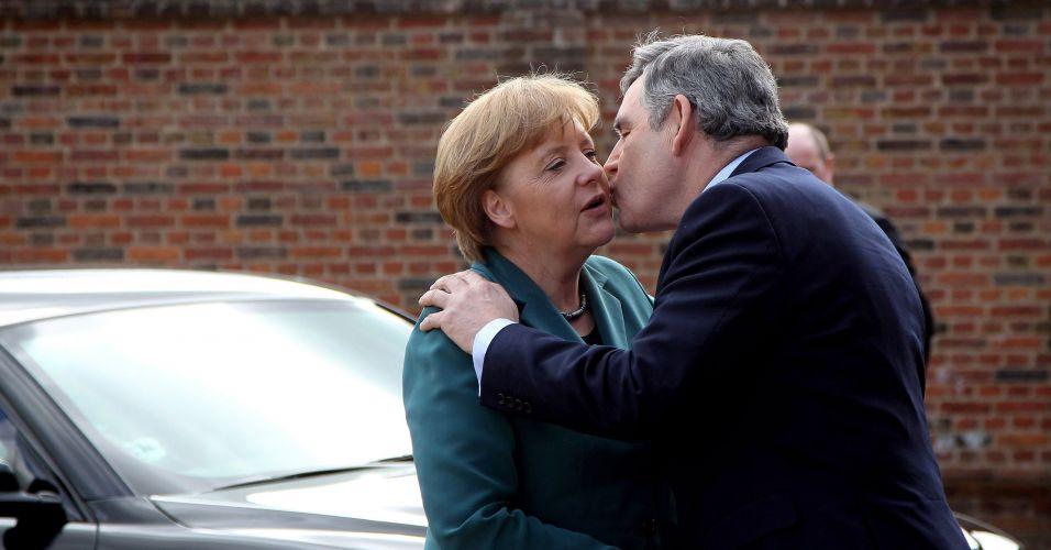 Gordon Brown beija Angela Merkel
