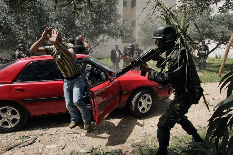 Agentes palestinos simulam prisão