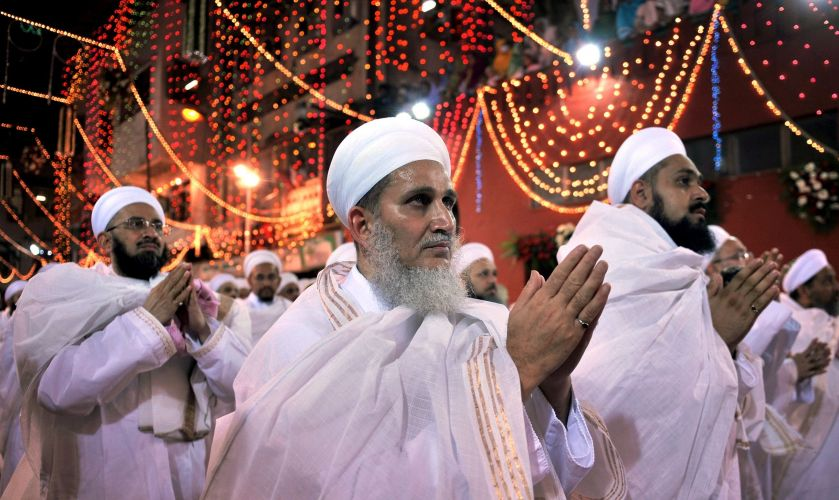 Religiosos seguem líder espiritual na Índia