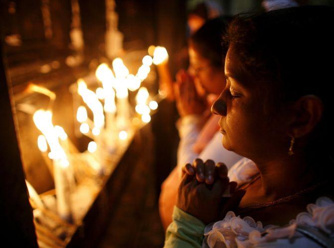 Cristãs rezam no Santo Sepulcro