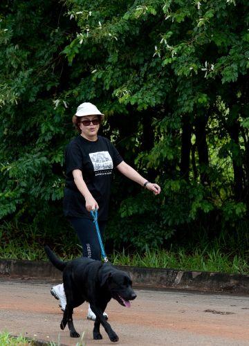 Dilma passeia com seu cão em Brasília