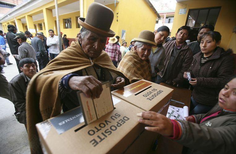 Bolivianos vão às urnas