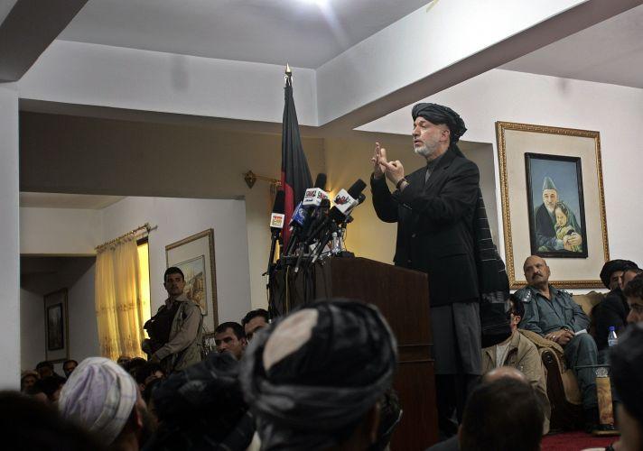 Hamid Karzai participa de consulta