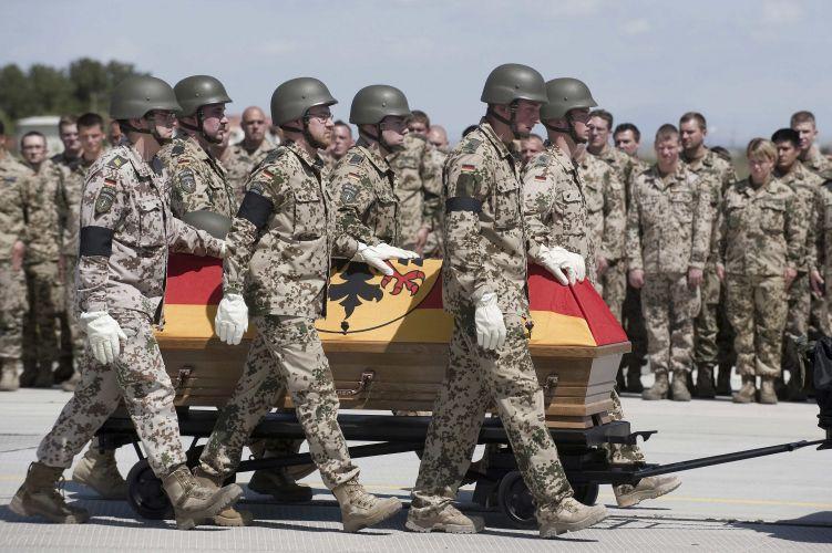 Soldados alemães carregam caixão de militar