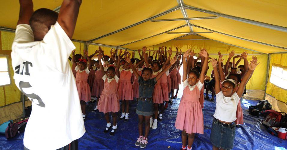 Escola provisória em Porto Príncipe