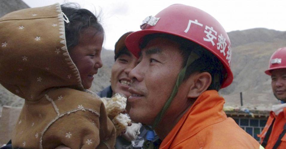 Menina é resgatada dos escombros cinco dias depois terremoto
