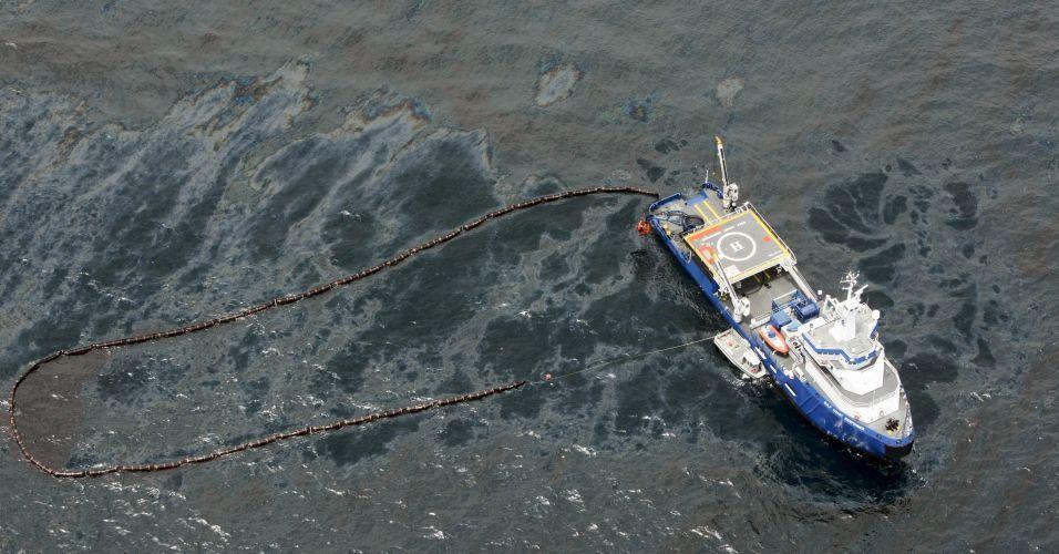 Óleo vaza de plataforma de petróleo afundada