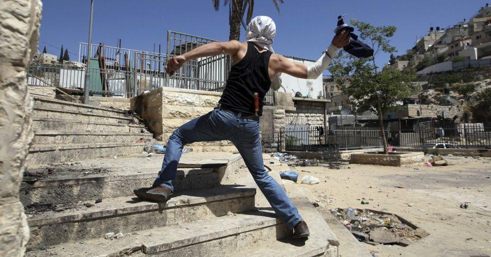 Palestino lança bomba de gasolina