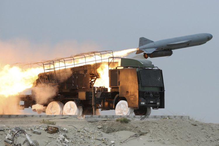 Irã lança mísseis terra-mar