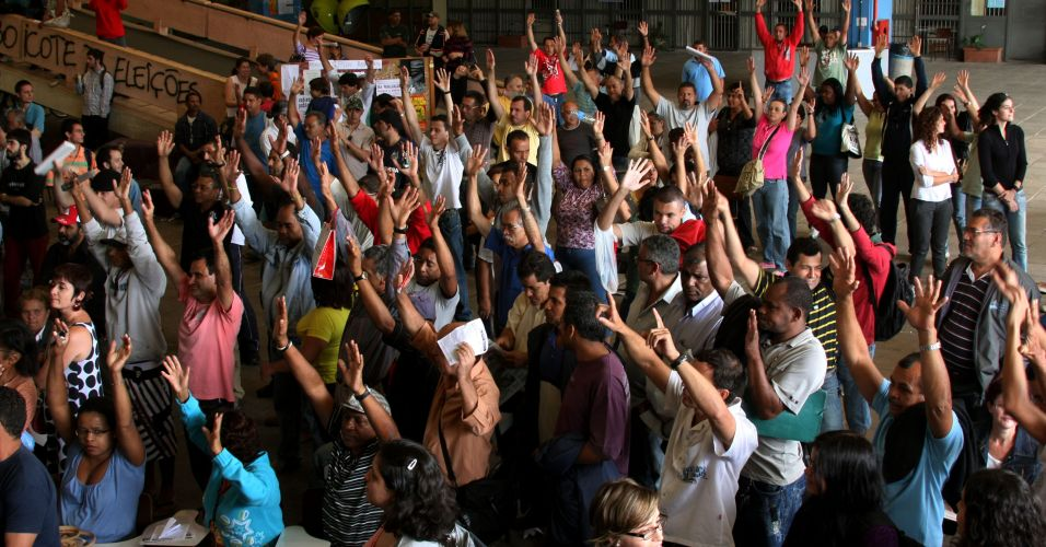 Servidores da USP aprovam greve