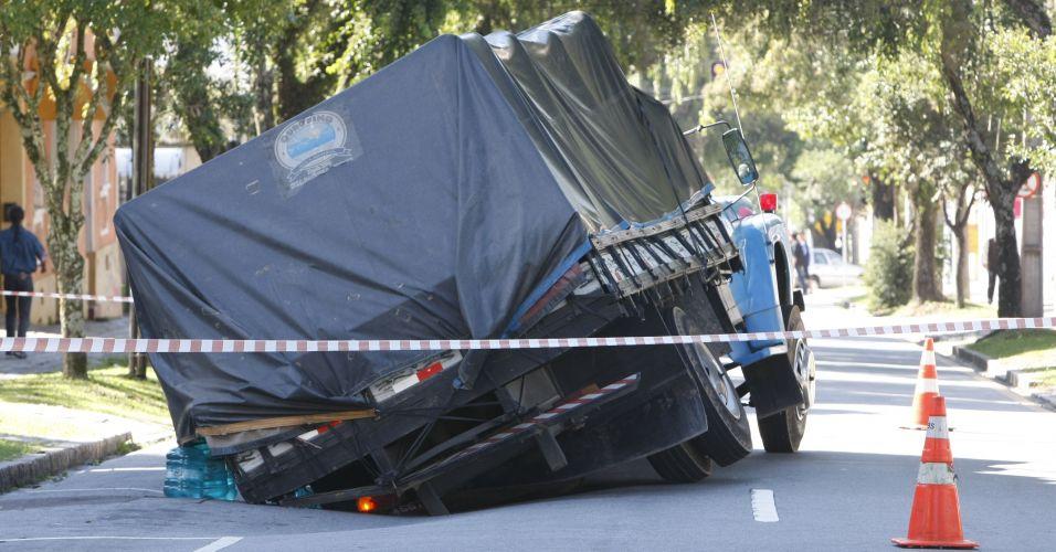 Caminhão cai no buraco