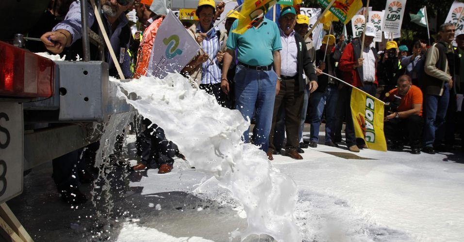 Produtores despejam leite em protesto