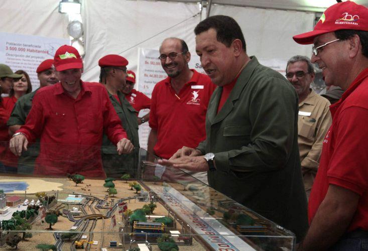 Chávez inspeciona obras