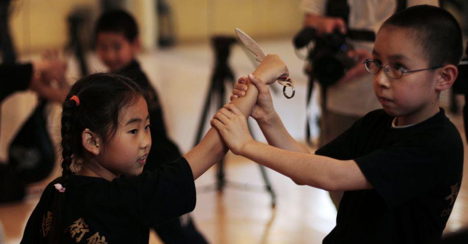 Alunos recebem treinamento depois de ataques na China