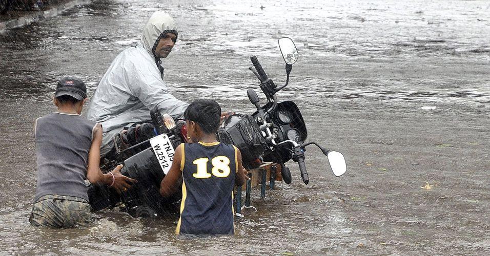 Ciclone e enchentes na Índia