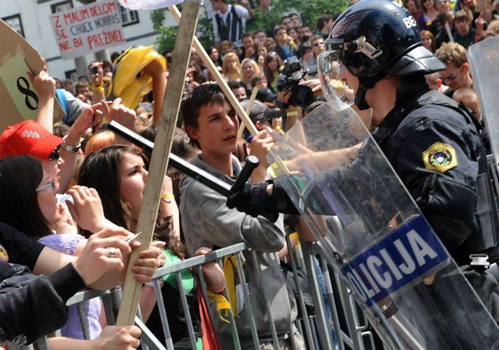 Confronto entre alunos e polícia na Eslovênia