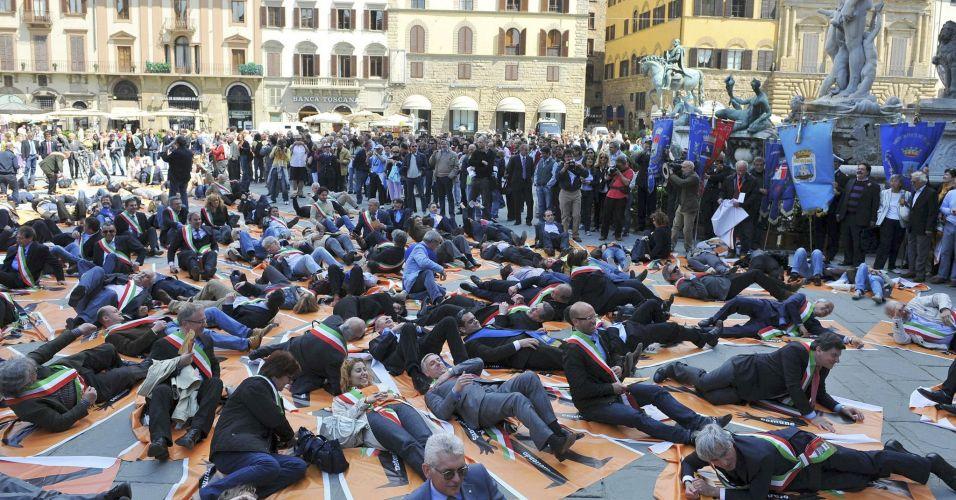 Prefeitos italianos protestam deitando no chão