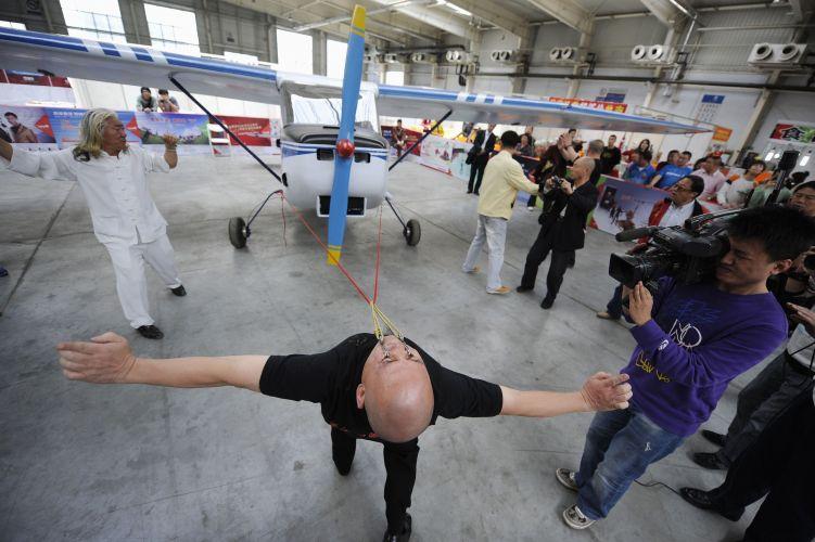Chinês puxa avião com as pálpebras