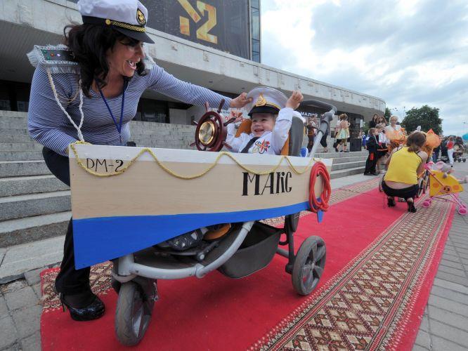 Festival de carrinhos de bebê na Ucrânia