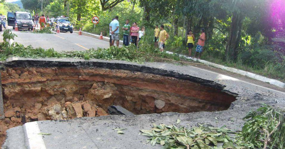 Chuva abre cratera em AL