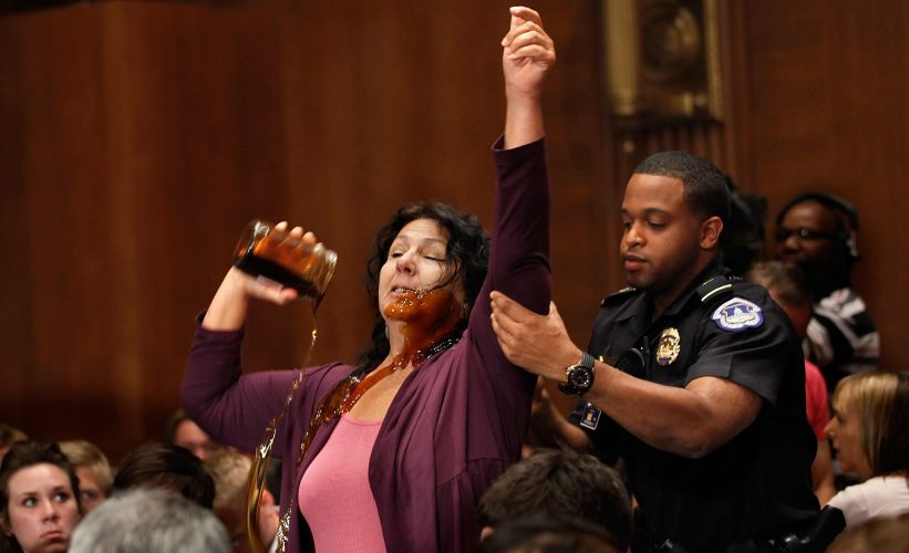 Mulher protesta no Senado dos EUA