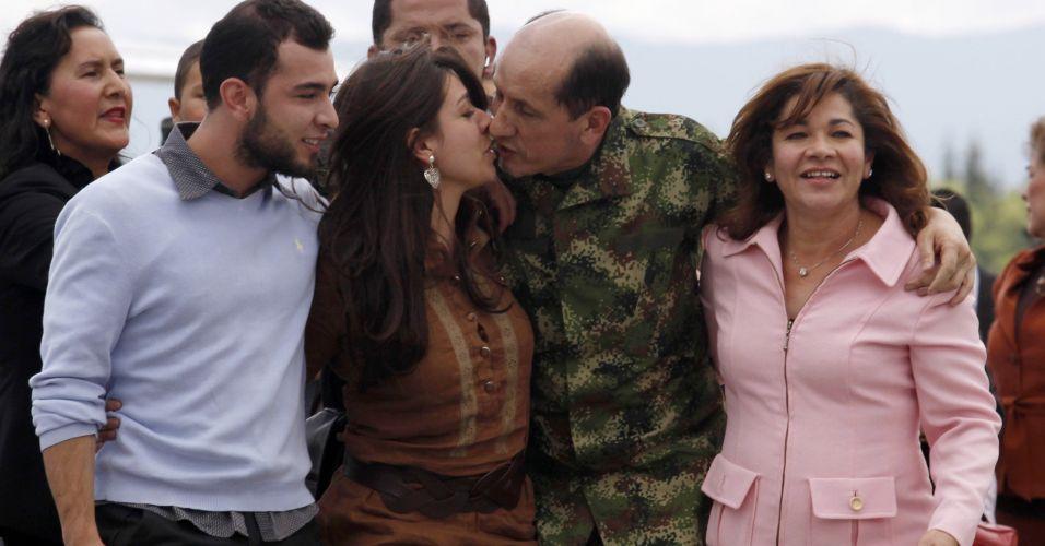 General resgatado das Farc encontra família
