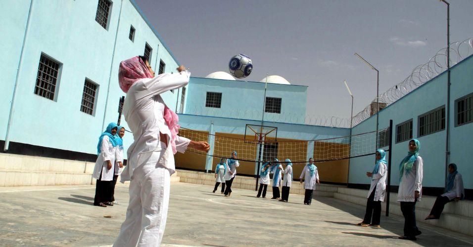Vôlei feminino em prisão afegã