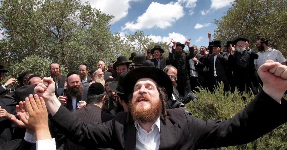 Judeus ultraortodoxos comemoram decisão