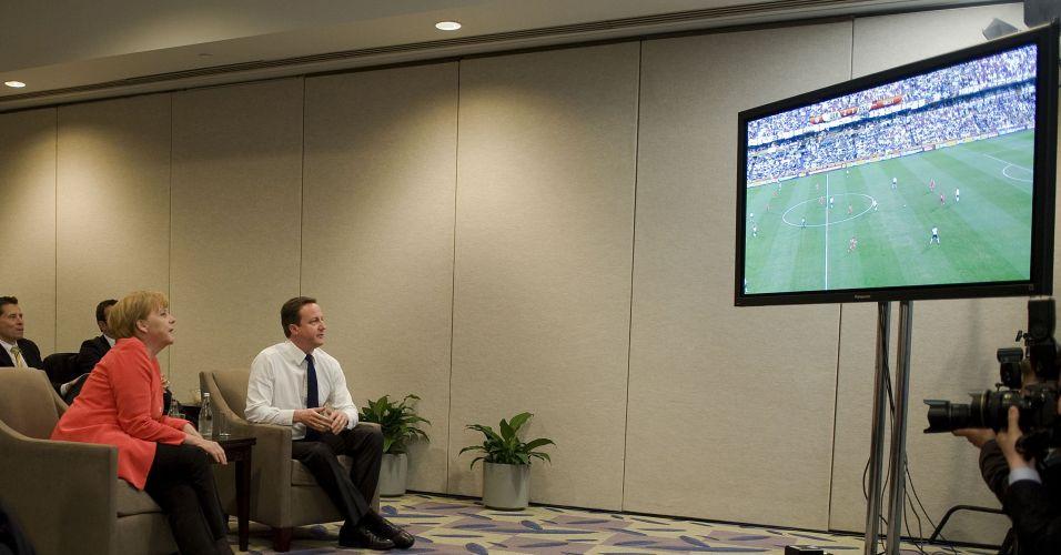 Cameron e Merkel assistem jogo