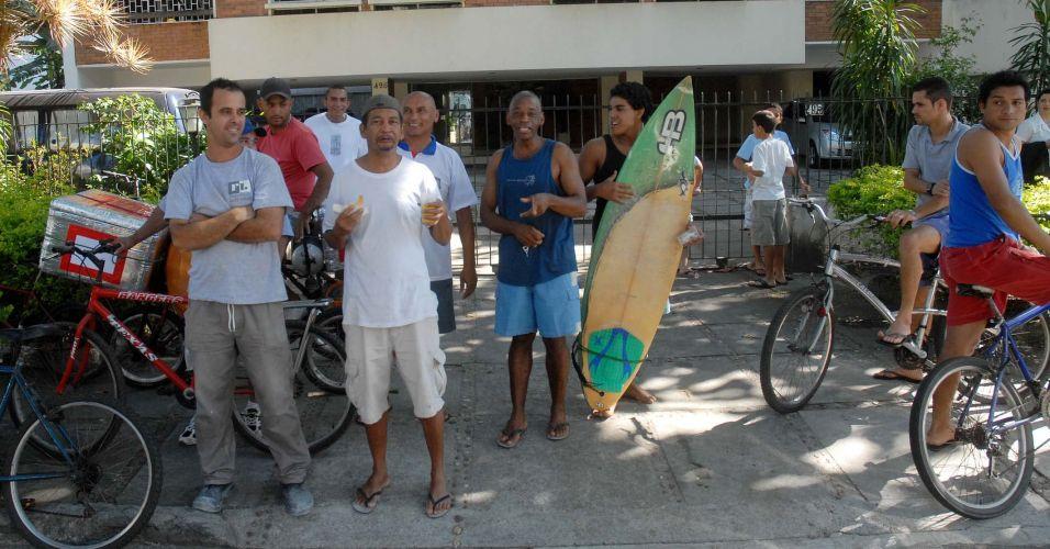 População acompanha transferência de Bruno e Macarrão da Divisão de Homicídios da Polícia Civi, na Barra da Tijuca, zona oeste do Rio, para o presídio de Bangu 2