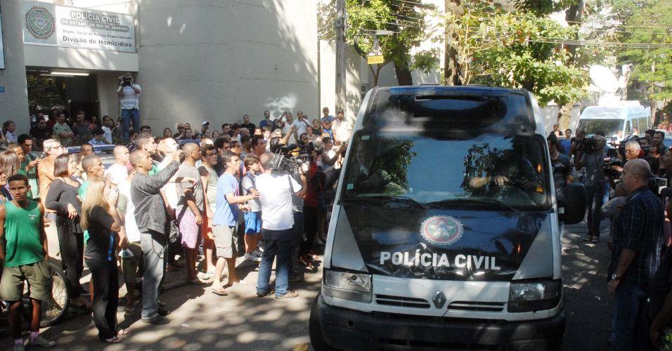 Goleiro Bruno e seu amigo Luiz Henrique Romão, o Macarrão, são transferidos da Divisão de Homicídios da Polícia Civil do Rio, na Barra da Tijuca (zona oeste), para o presídio de Bangu 2, no início da tarde desta quinta-feira (8)