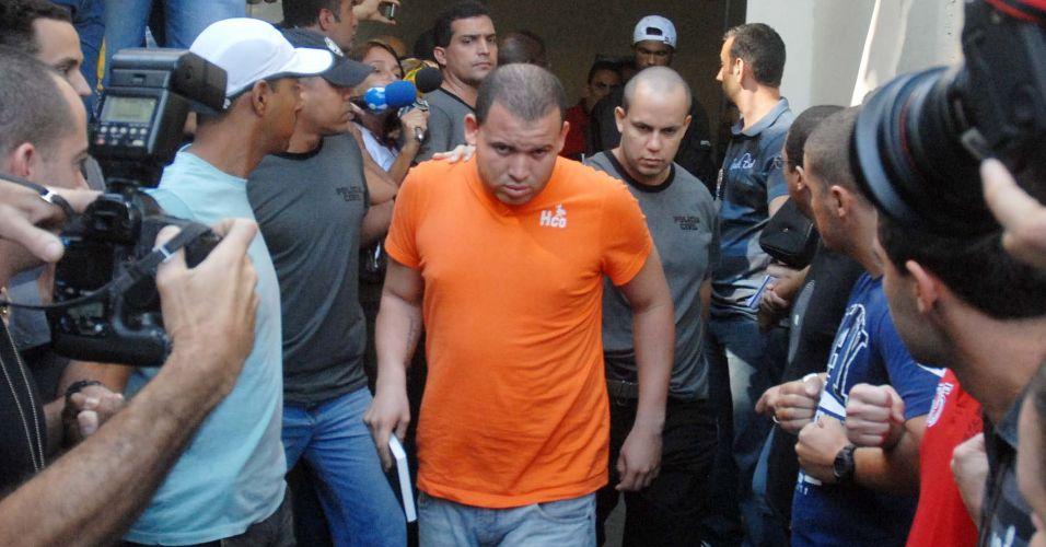 Luiz Henrique Romão, o Macarrão, amigo de Bruno, é transferido da Divisão de Homicídios da Polícia Civil do Rio, na Barra da Tijuca (zona oeste), para o presídio de Bangu 2, no início da tarde desta quinta-feira (8)