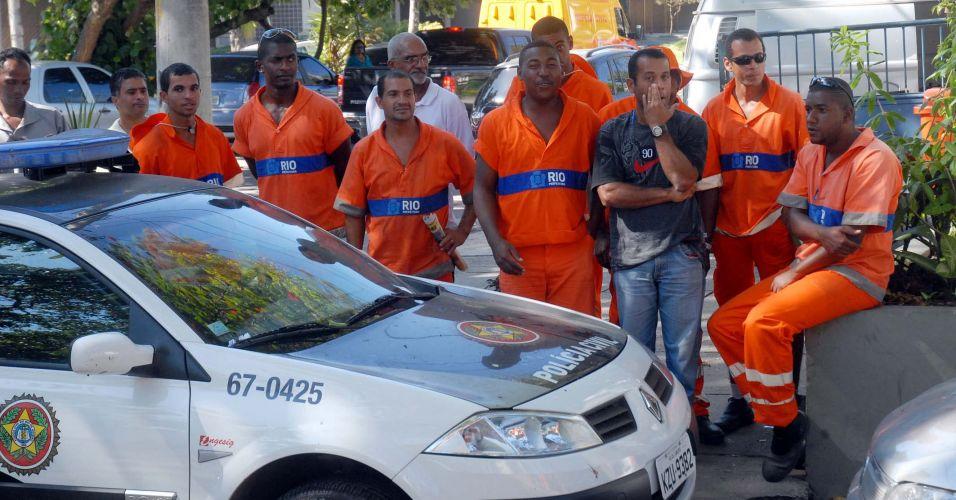 Garis acompanham transferência de Bruno e Macarrão da Divisão de Homicídios da Polícia Civi, na Barra da Tijuca, zona oeste do Rio, para o presídio de Bangu 2