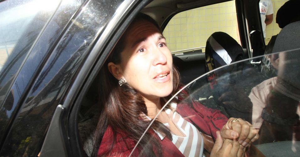Sônia de Fátima Moura, 44, mãe de Eliza Samudio, deixa a delegacia em Belo Horizonte (MG) após ser confirmada a transferência da guarda provisória de seu neto para seu nome, nesta quinta-feira (8)