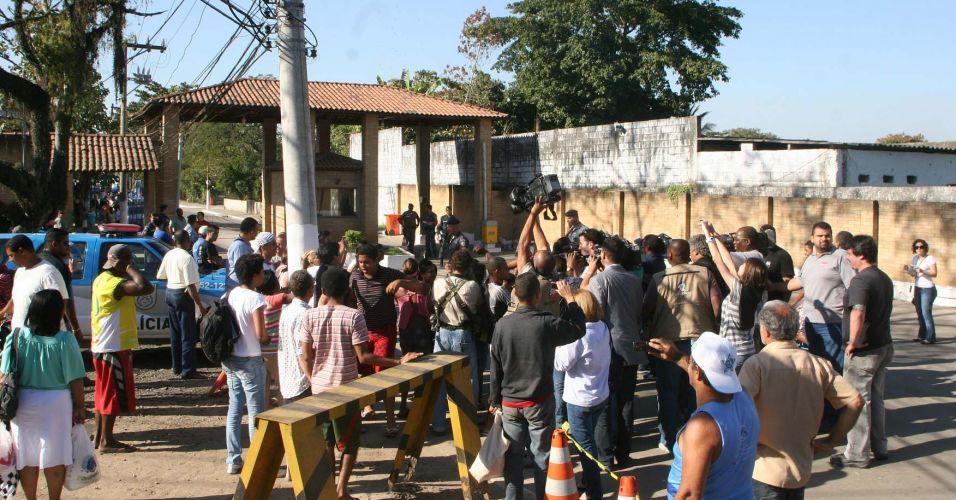 Aglomeração de curiosos e jornalistas em frente à entrada do complexo penitenciário de Gericinó, em Bangu, para onde Bruno e Macarrão foram levados