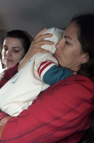 Sônia Fátima Moura carrega o neto Bruno, filho de Eliza Samudio, cujo suposto pai é o goleiro Bruno Souza, acompanhada por conselheiros tutelares em Foz do Iguaçu (PR) nesta sexta-feira (9). A Justiça retirou o direito à guarda do avô, Luiz Carlos Samudio, e o concedeu à avó