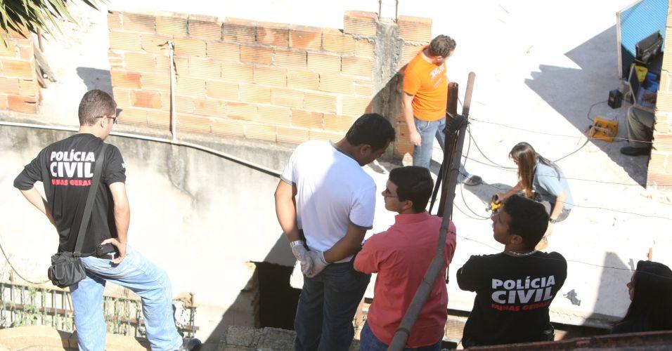 14.julho.2010 - Policiais realizam novas buscas na residência da rua Araruama, no bairro Santa Clara, em Vespasiano (MG), onde mora o ex-policial civil Marcos Aparecido dos Santos, o Bola, apontado como o executor de Eliza Samudio