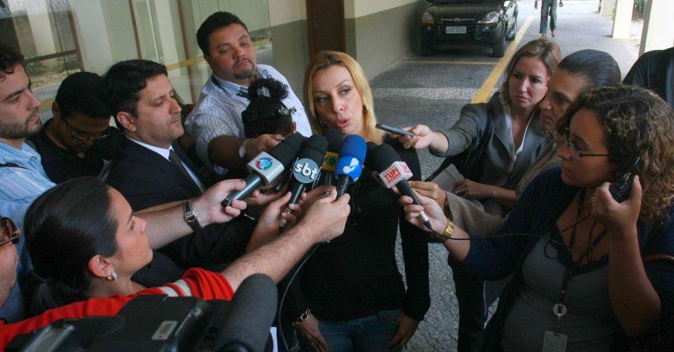 A diretora da Polinter, Roberta Carvalho (f), afirmou nesta sexta-feira que os advogados de Fernanda Gomes Castro e Ingrid Oliveira, mulheres que supostamente têm envolvimento com o goleiro, pediram para a polícia remarcar a data dos depoimentos