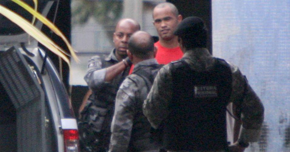 29.07.2010 - O goleiro Bruno raspou o cabelo na penitenciária Nelson Hungria, em Contagem, Minas Gerais, onde está preso desde o início do mês por suspeita de envolvimento no desaparecimento da ex-amante, Eliza Samudio